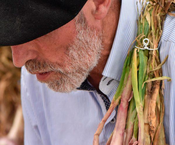 Contadino che produce il proprio cibo in conserva con autoclavi per imprenditori